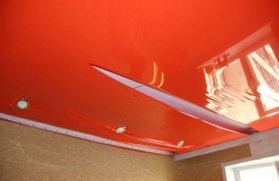 Что делать, если повредили натяжной потолок?